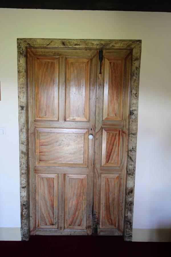edificio historico singular puerta marmorizada